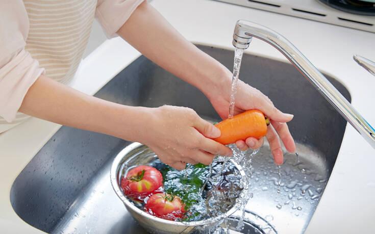 Κορονοϊός: Πρέπει να πλένουμε διαφορετικά φρούτα και λαχανικά;