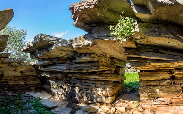 Μυστήρια αιώνων πίσω από τα πέτρινα κτίρια στη Νότια Εύβοια