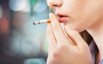 Οι επιστήμονες κρούουν το καμπανάκι στους καπνιστές για τον κορονοϊό