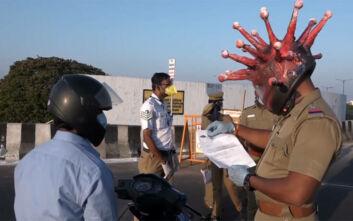 Ινδός αστυνομικός ντύθηκε κορονοϊός και απειλεί: «Αν βγείτε έξω, θα μπω μέσα»