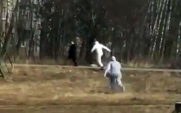 Βίντεο με «ύποπτο» για κορονοϊό που τρέχει να ξεφύγει από το προσωπικό ασθενοφόρου