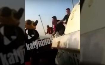 Βίντεο - ντοκουμέντο: Τούρκοι λιμενικοί χτυπούν πρόσφυγες που επιβαίνουν σε βάρκα
