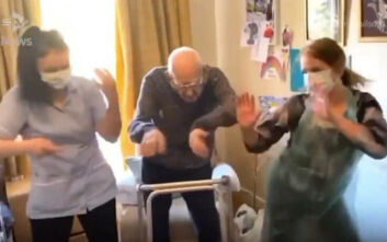 Ο απολαυστικός χορός άνδρα 102 ετών σε οίκο ευγηρίας - «Είμαι φανατικός της άσκησης» δηλώνει