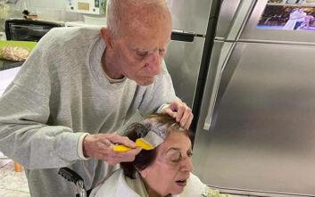 Κορονοϊός: 92χρονος βάφει τα μαλλιά της γυναίκας του