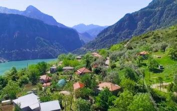 Το χωριό με θέα στη μεγαλύτερη τεχνητή λίμνη της Ελλάδας