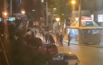 Βίντεο από τα επεισόδια στην Αγία Παρασκευή μεταξύ 400 νεαρών και αστυνομίας για πάρτι με μπίρες