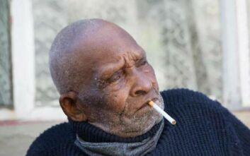Έκλεισε τα 116 του εν μέσω πανδημίας και ζητά για δώρο γενεθλίων... τσιγάρα