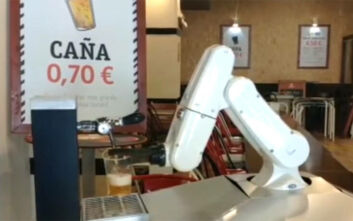 Ρομπότ σερβίρει μπίρα σε μπαρ της Ισπανίας
