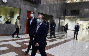 Στο μετρό με μάσκα ο υπουργός Υποδομών Κώστας Αχ. Καραμανλής - Θετική η πρώτη εικόνα