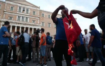 Συγκεντρωμένοι στο Σύνταγμα έκαψαν τουρκική σημαία – Φωταγωγήθηκε η Βουλή για τη μέρα μνήμης της Γενοκτονίας των Ποντίων