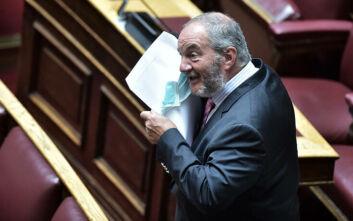 Αγνώριστος ο Κώστας Καραμανλής στη Βουλή: Με γένια, μάσκα και λιγότερα κιλά