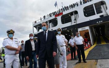 Επίσκεψη Πλακιωτάκη στον Πειραιά: Μπήκε στο πλοίο και θερμομετρήθηκε