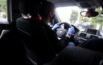Υποψήφιοι οδηγοί πίσω από το τιμόνι με μάσκα και γάντια