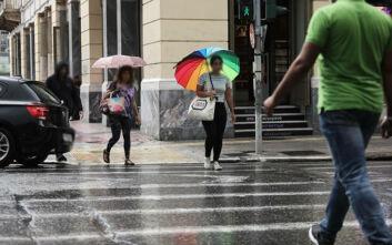Εικόνες από το ξαφνικό μπουρίνι στην Αττική - Με κοντομάνικα και ομπρέλες οι Αθηναίοι