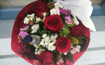 Γιορτή της Μητέρας: Λουλούδια για δώρο με γάντια και αντισηπτικά