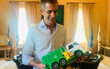 Ο Κώστας Μπακογιάννης πήρε δώρο από τους εργαζόμενους του δήμου Αθηναίων ένα... παιχνίδι