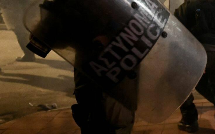 Επεισόδια μεταξύ ομάδας ατόμων και αστυνομικών έξω από κλειστό του Ρέντη 1