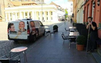Καφετέρια στη Γερμανία μοίρασε καπέλα... έλικες για την αποφυγή συνωστισμού