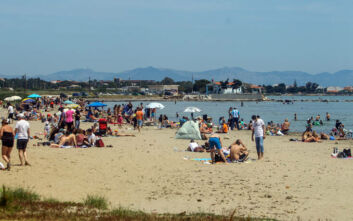 Ανησυχία Σύψα για συνωστισμό σε πλατείες και παραλίες: Μπορεί να φέρει πισωγύρισμα - Προσοχή με την ξαπλώστρα