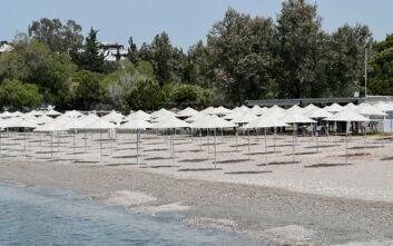 Μπήκαν αυθαίρετα ομπρέλες στην παραλία Πεύκο στο Λαγονήσι