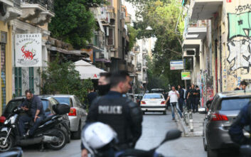Φωτογραφίες από τα Εξάρχεια: Απομακρύνθηκαν περίπου 50 άνθρωποι από το κτίριο στη Θεμιστοκλέους