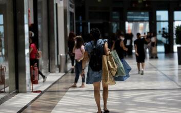 Εικόνες από την πρεμιέρα στα εμπορικά κέντρα: Ψώνια με μάσκες και αντισηπτικά