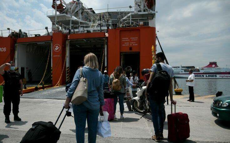Αυξημένη κίνηση στο λιμάνι του Πειραιά: Με μάσκες φεύγουν για διακοπές οι Αθηναίοι