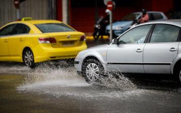 Η κακοκαιρία «χτυπάει» την Αττική: Βροχές, καταιγίδες και προβλήματα στους δρόμους