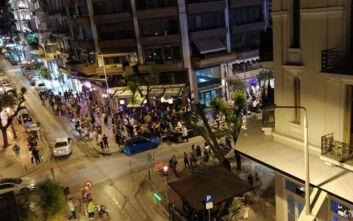 Οι Θεσσαλονικείς επιμένουν στο συνωστισμό και στα take away «πάρτι» έξω από μπαρ