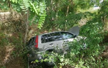 Αυτοκίνητο έπεσε σε γκρεμό στην Ηλεία – Με λίγες γρατζουνιές γλίτωσε η οδηγός
