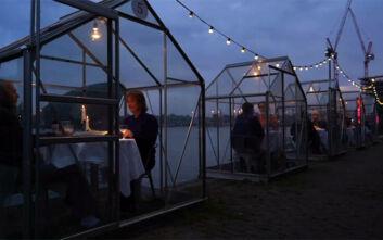 Δείπνο σε γυάλινα κουβούκλια λόγω κορονοϊού στην Ολλανδία