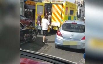 Απερίγραπτος οδηγός απαιτεί από διασώστες να μετακινήσουν το ασθενοφόρο για να περάσει