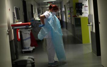 Νοσοκόμα περιποιόταν ασθενείς με κορονοϊό φορώντας διάφανη στολή που αποκάλυπτε τα εσώρουχά της