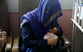 Συγκινητικές εικόνες: Γυναίκες θηλάζουν μωρά που έχασαν τη μαμά τους στην επίθεση σε νοσοκομείο