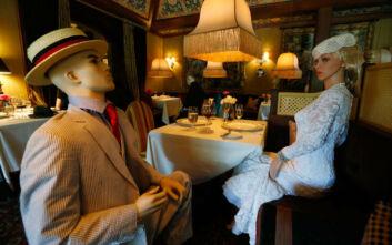 Η κοινωνική αποστασιοποίηση στα εστιατόρια: Κούκλες βιτρίνας γεμίζουν μαγαζί στην Ουάσιγκτον