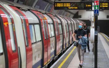 Υποχρεωτική καραντίνα σε όσους φτάνουν στη Βρετανία και πρόστιμα για τους παραβάτες