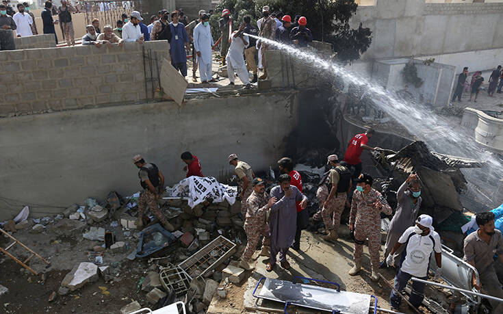 Αεροπορική τραγωδία στο Πακιστάν: Τουλάχιστον 56 οι νεκροί