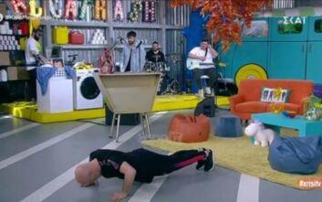 Ο Νίκος Μουτσινάς έπεσε και πήρε push ups στον «αέρα»