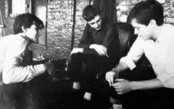 O Peter Hook μιλά για τις «ενοχές» του 40 χρόνια μετά την αυτοκτονία του Ian Curtis