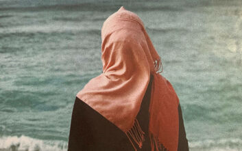 Γυναίκα από τη Συρία πάλεψε 4 ημέρες στη θάλασσα, περιτριγυρισμένη από πτώματα και με 2 βρέφη στην αγκαλιά της