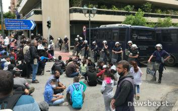 Εικόνες από την καθιστική διαμαρτυρία μεταναστών έξω από τα γραφεία της Ε.Ε.