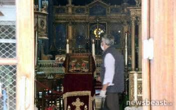 Αντισηπτικά στην είσοδο και με μάσκες οι πιστοί στις εκκλησίες