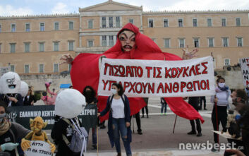 Στους δρόμους όλης της χώρας βγήκαν οι καλλιτέχνες - Με τραγούδια, μάσκες και αλυσίδες οι διαμαρτυρίες