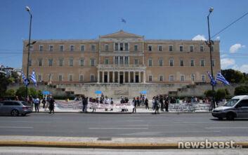 Διαμαρτυρία εκπαιδευτικών έξω από τη Βουλή