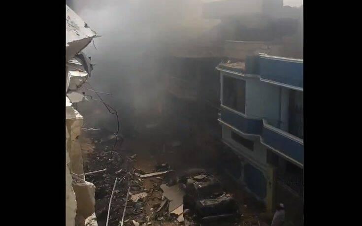 Εικόνες αποκάλυψης στο Πακιστάν: Συντρίμμια και χάος στη γειτονιά που κατέπεσε το αεροσκάφος