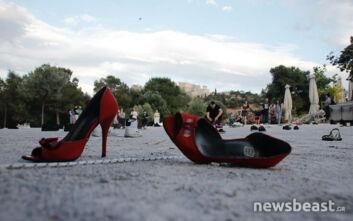 Εικόνες από την ξυπόλητη διαμαρτυρία μετά μουσικής από καλλιτέχνες στη Διονυσίου Αρεοπαγίτου