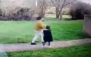 Βίντεο με 33χρονη να «παρασύρει» 5χρονη - Την κλείδωσε μέσα στο διαμέρισμά της