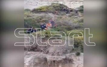 Κέρκυρα: Η στιγμή που οι πυροσβέστες ανέσυραν τον «δράκο του Κάβου» από τη χαράδρα