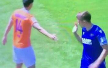 Το ποδόσφαιρο στην εποχή του κορονοϊού: Πήγε να δώσει το χέρι σε αντίπαλο και το μετάνιωσε