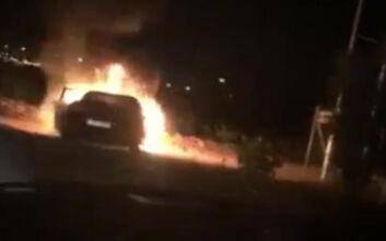 Καρέ - καρέ η στιγμή που αυτοκίνητο τυλίχτηκε στις φλόγες στα Σπάτα
